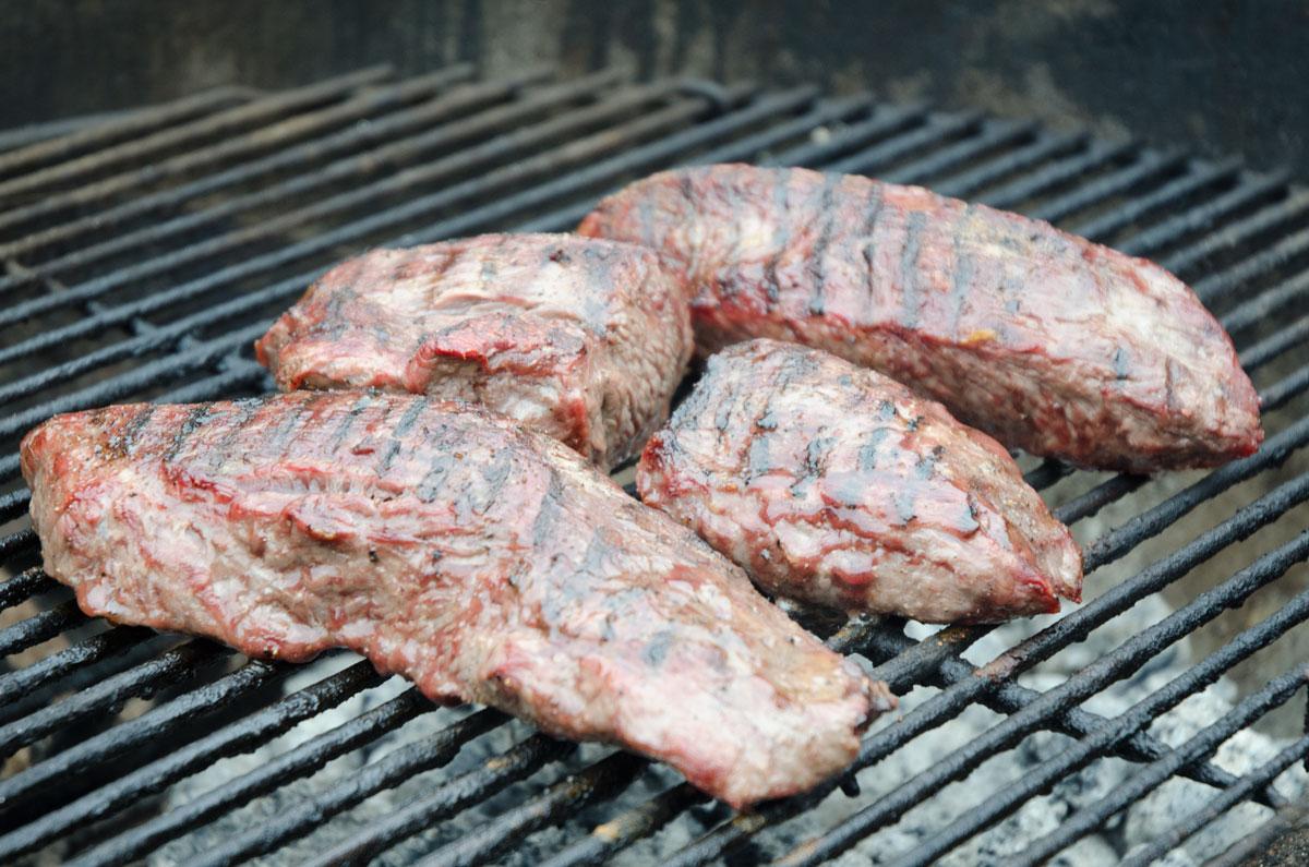 Kødet på grillen - direkte varme - låget på - vendes flere gange